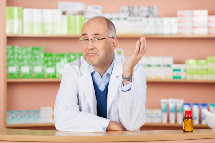 W zdecydowanej większości przypadków farmaceuci przyznają, że wspomnianą adnotację po prostu wpisują na recepcie, przystawiają własną pieczątkę i podpisują. (fot. Shutterstock)