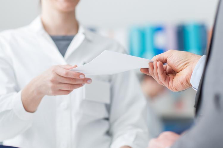 Techniczka na stażu samodzielnie wydawała leki pacjentom, a w systemie była wtedy zalogowana na kierownika apteki. (fot. Shutterstock)