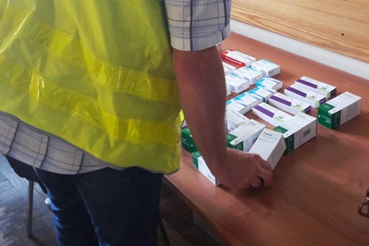 Podczas przeszukania podejrzanego, policjanci odnaleźli kilkaset tabletek silnych leków psychotropowych. (fot. lodz.policja.gov.pl)