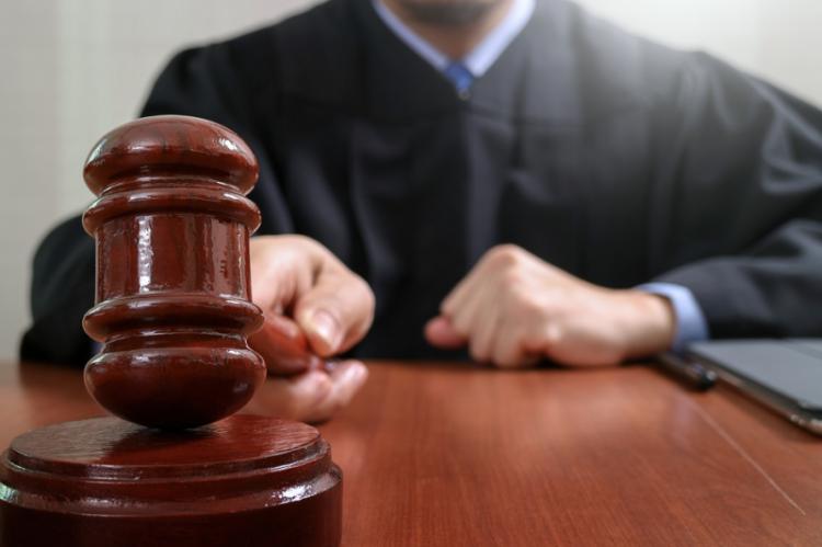 Farmaceutkę skazał kielecki sąd na dwa lata więzienia w zawieszeniu na piec lat. Kobieta miała wyłudzić z NFZ ponad pół miliona nienależnej refundacji. (fot. Shutterstock)