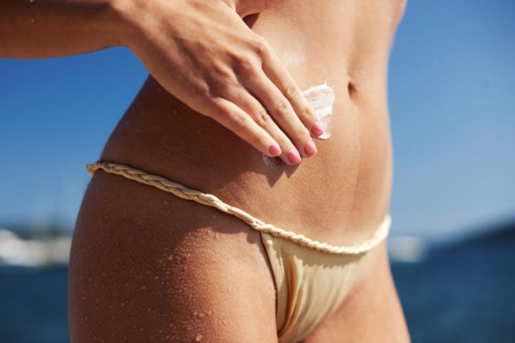 Dermokosmetyki z filtrami UV stanowią dobrą profilaktykę przeciw poparzeniom słonecznym. Należy je jednak stosować rozsądnie, gdyż nie wszystkie chronią równie dobrze i nie wszystkie są równie bezpieczne. (fot. Shutterstock)