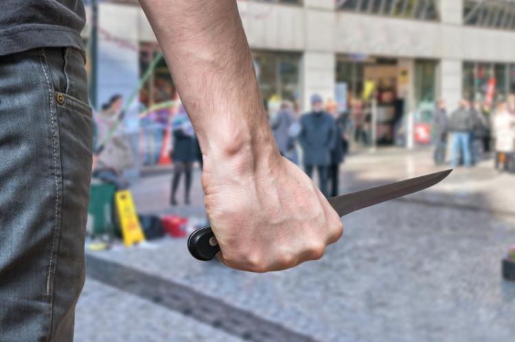 Za przestępstwo rozboju z użyciem noża grozi kara do 12 lat więzienia. (fot. Shutterstock)