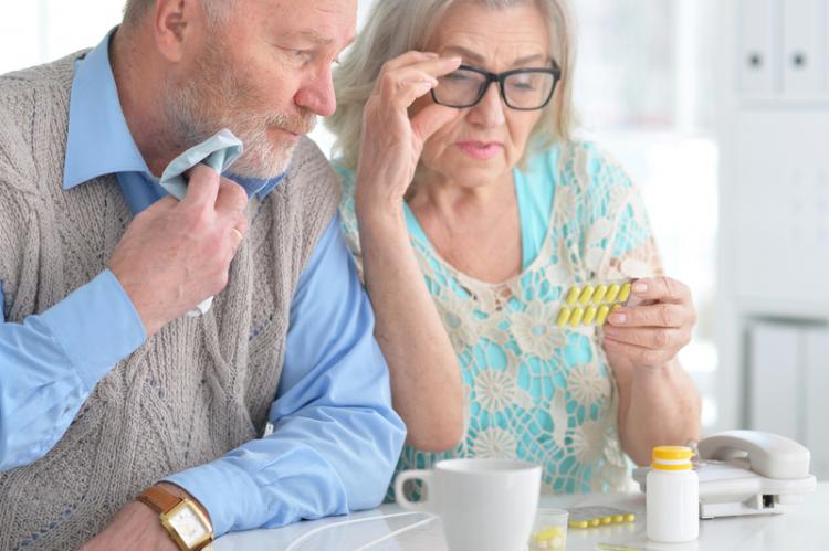 Aby senior lub seniorka mogli otrzymać lek bezpłatnie, musi się on znaleźć w ministerialnym wykazie aktualizowanym co dwa miesiące. (fot. Shutterstock)