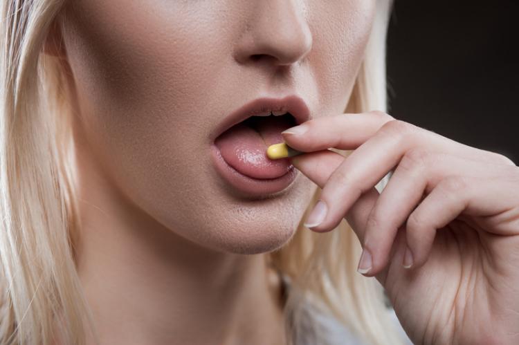 W grupie pacjentów stosujących ibuprofen poprawę stanu zdrowia w czwartym dniu infekcji zaobserwowano u 39% pacjentów. (fot. Shutterstock)