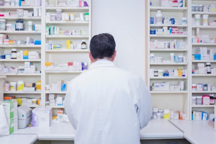 Sąd nie przychylił się do wniosku Okręgowego Rzecznika Odpowiedzialności Zawodowej o ukaranie farmaceuty karą upomnienia i postanowił wymierzyć mu karę nagany. (Fot. Shutterstock)