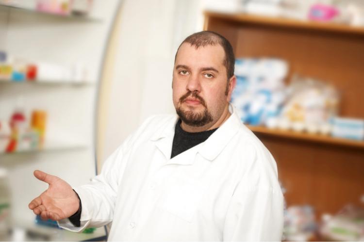 Farmaceuta zwraca uwagę na fakt, iż wiele aptek w swoich bilansach finansowych uwzględnia możliwość nałożenia kary przez NFZ za rzekomo nieprawidłowo zrealizowane recepty. (fot. Shutterstock)