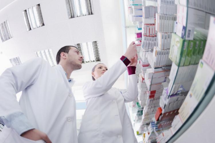 Apteka to tylko miejsce pracy, a jej ekonomiczno-finansowa składowa nie powinna rzutować na postrzeganie zawodu i miejsca w opiece nad pacjentem. (fot. Shutterstock)