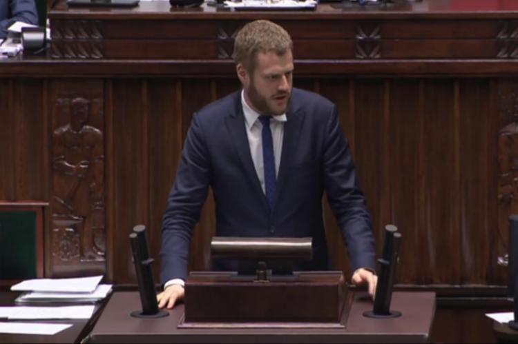 Wątpliwości posłów próbował rozwiewać wiceminister zdrowia Janusz Cieszyński, który jednocześnie zdradzał też szczegóły i pomysły na dalsze doprecyzowanie kontrowersyjnych przepisów. (fot. sejm.gov.pl)