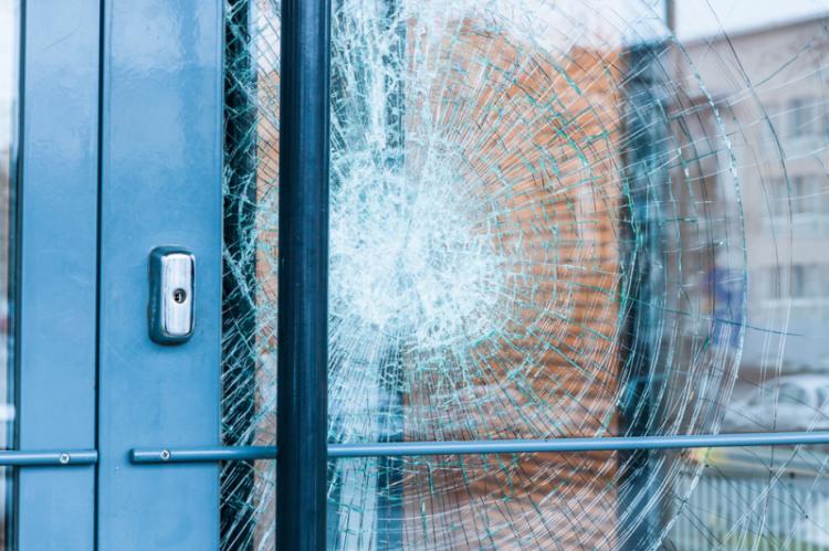 Starty powstałe w wyniku włamania pokrzywdzony oszacował na kwotę 10 000 zł (fot. Shutterstock)