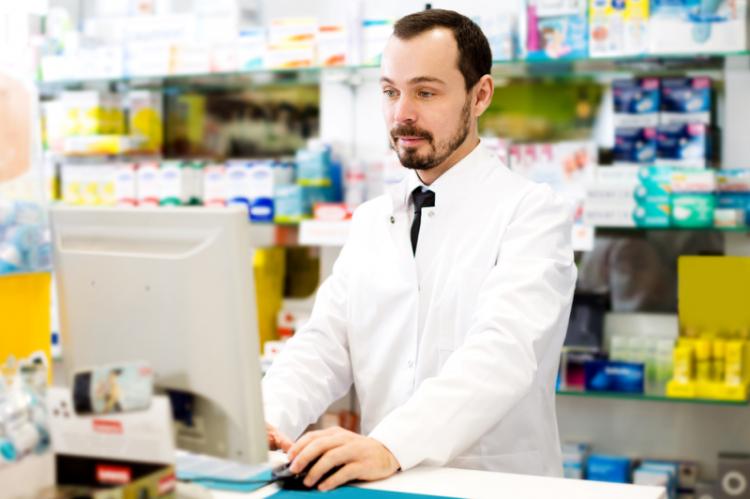 Niewypełnienie tego obowiązku może skutkować pociągnięciem farmaceuty do odpowiedzialności zawodowej za postępowanie sprzeczne z przepisami prawnymi dotyczącymi wykonywania zawodu farmaceuty (fot. Shutterstock)