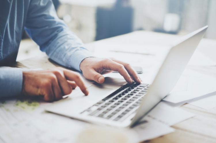 Firmy często przekazują dziennikarzom informacje prasowe na nośnikach danych, lecz zazwyczaj są to tanie pendrive'y. (fot. Shutterstock)