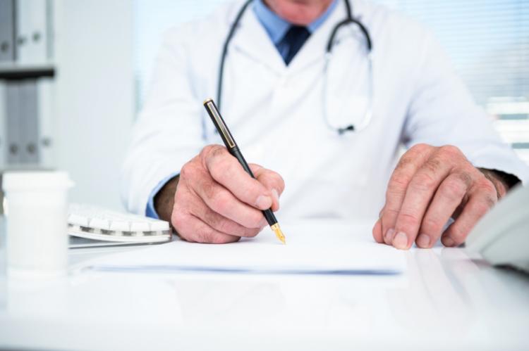 Możliwość uzyskania tytuły np. doktora nauk medycznych bez konieczności posiadania tytułu zawodowego lekarza nie spełnia funkcji prawidłowego oznaczenia kompetencji osoby wystawiającej receptę (fot. Shutterstock)