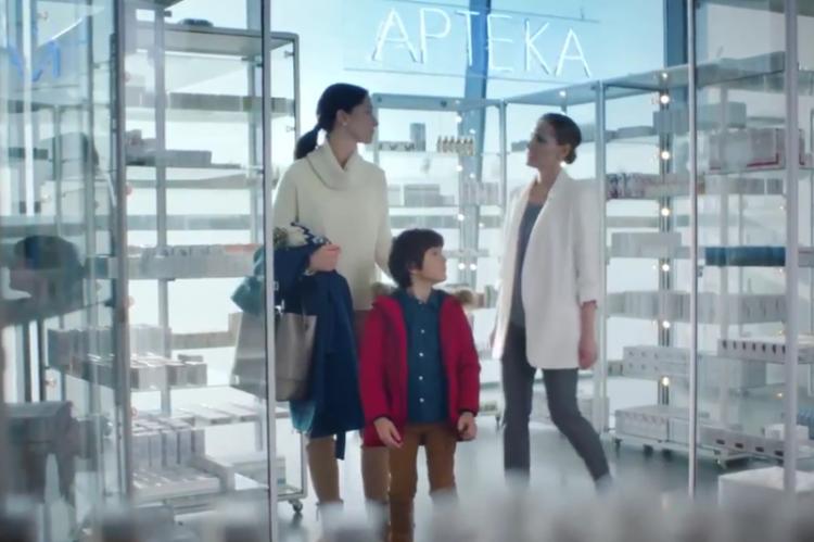 Aflofarm tłumaczył, że żadne prawo nie zabrania umiejscowienia akcji reklamy w aptece, a bohaterka spotu nie ma na sobie białego fartucha, tylko białą marynarkę.(fot. MGR.FARM / kadr z reklamy Neosine)