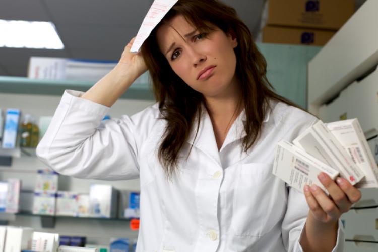 Farmaceuta w przypadku pomyłki skutkującej zagrożeniem zdrowia lub życia pacjenta może zostać oskarżony zgodnie z art. 157 kodeksu karnego (fot. Shutterstock)