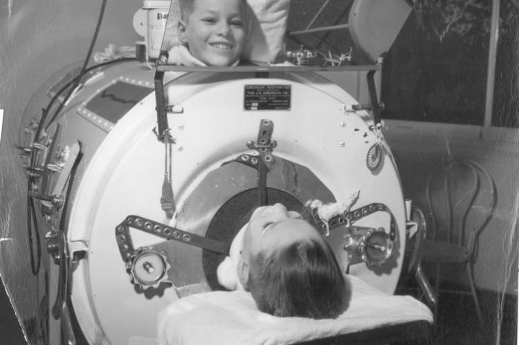"""Chory na Polio chłopiec zamknięty w """"żelaznym płucu"""" (fot. flickr.com)"""