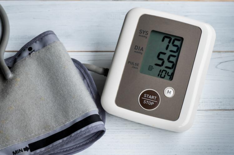 Wykorzystanie powiadomień do ostrzegania użytkownika i lekarza o przekroczonych poziomach BP pomoże poprawić opiekę zdrowotną nad danym pacjentem. (fot. Shutterstock)