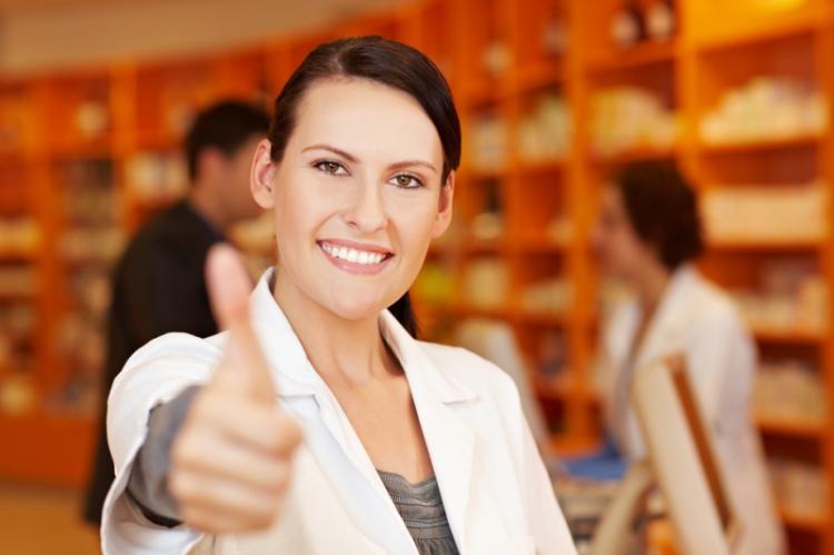 """Apteki nie powinny odsyłać pacjentów, jeśli lekarz nieprawidłowo określił swój tytuł zawodowy na recepcie lub pieczątce. Tego typu """"niezgodność"""" osoba realizująca receptę może skorygować (fot. Shutterstock)"""