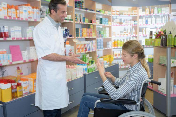 Niepełnosprawni są zdania, że wysyłkowa sprzedaż leków na receptę nie będzie stanowiła zagrożenia dla pacjentów. (fot. Shutterstock)