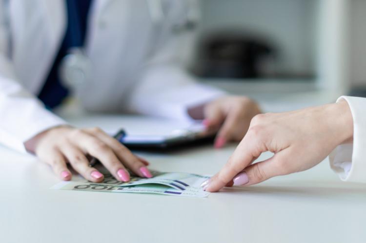Szpitale tłumaczą, że same borykają się z problemami finansowymi, a za sposób i tryb odbywania przez studentów praktyk zawodowych odpowiadają poszczególne uczelnie medyczne. (fot. Shutterstock)
