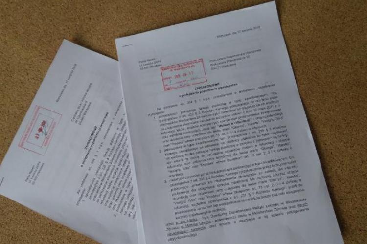 Partia Razem złożyła doniesienie do prokuratury i do CBA. Ugrupowanie chce, żeby organy skontrolowały, czy w Ministerstwie Zdrowia doszło do korupcji i działania na szkodę Skarbu Państwa (fot. Partia Razem)