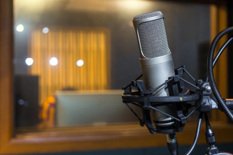 W dyskusji na antenie Radio Maryja brali udział również słuchacze, którzy dzwonili do studia. Jedna z nich dość stanowczo sprzeciwiła się tak jednoznacznej krytyce aptek sieciowych (fot. Shutterstock)