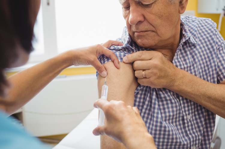 Według pomysłu ministerstwa zdrowia farmaceuta miałby kwalifikować pacjenta do szczepienia. Rodzi to jednak zastrzeżenia wielu aptekarzy. (fot. Shutterstock)