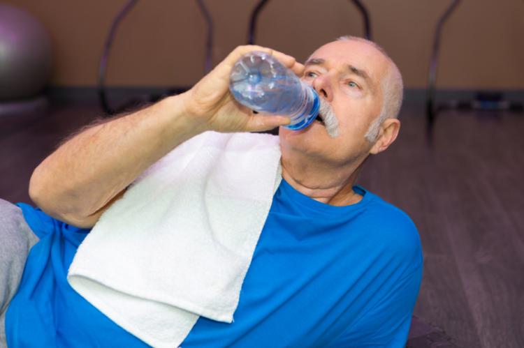Odpowiednia ilość wody niezbędna jest do utrzymania odpowiedniego ciśnienia tętniczego, a także prawidłowej pracy serca (fot. Shutterstock)