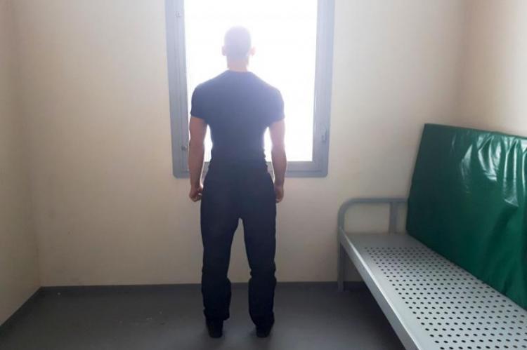 Zgromadzony materiał dowodowy pozwolił na przedstawienie mężczyźnie dwóch zarzutów. Sąd przychylił się do wniosku o tymczasowe aresztowanie 28-latka (fot. KPP Żagań)