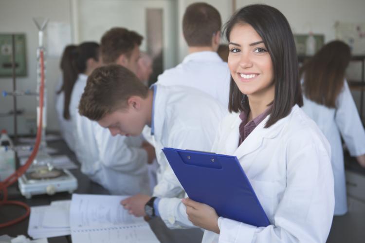 W komunikacie na swojej stronie internetowej ministerstwo zdrowia zapewniło, że jest otwarte na dialog z technikami farmaceutycznymi (fot. Shutterstock)