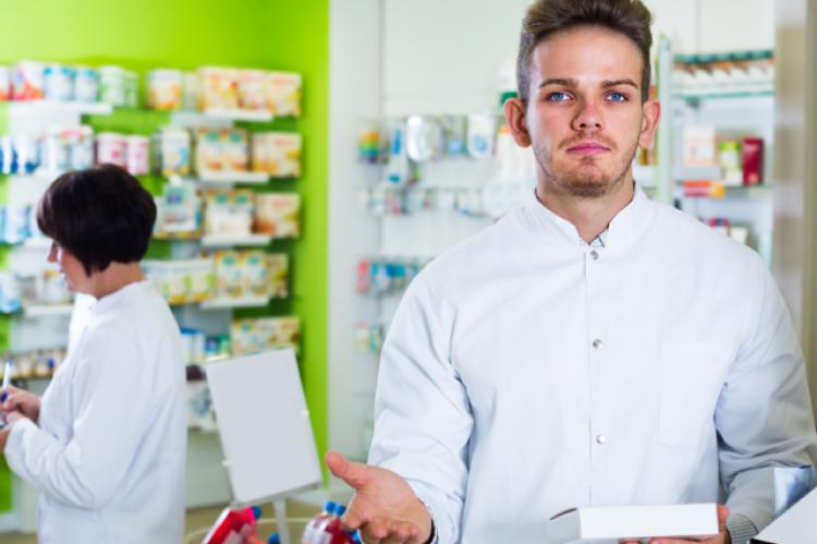 Zdaniem resortu zdrowia analiza działania farmakologicznego produktów leczniczych, środków spożywczych specjalnego przeznaczenia żywieniowego lub wyrobów medycznych pod kątem ich ewentualnych interakcji wykracza poza program szkolenia techników farmaceutycznych (fot. Shutterstock)