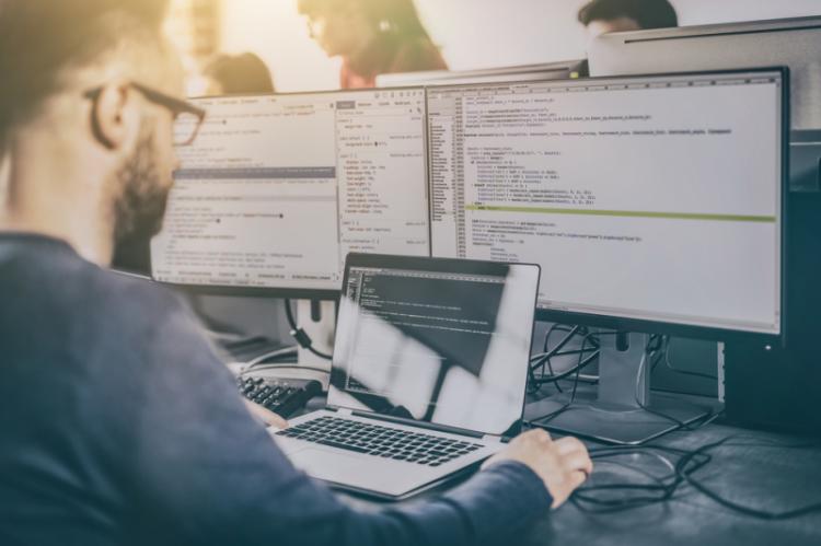 Obecnie NFZ ma umowy na utrzymanie i rozwój swojego systemu z Kamsoftem oraz konsorcjum Kamsoft/Asseco, które kończą się na początku 2019 r. (fot. Shutterstock)