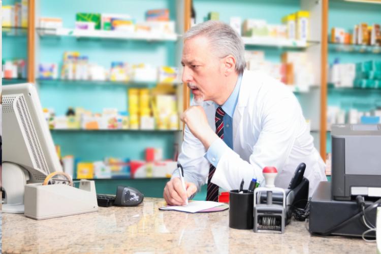 Jak wylicza Naczelna Izba Aptekarska, co najmniej w co trzeciej aptece i punkcie aptekarskim brakuje odpowiedniego sprzętu i oprogramowania (fot. Shutterstock)