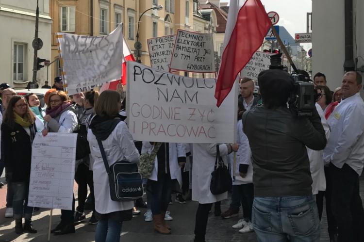 Od resortu zdrowia technicy domagają się m.in. wznowienia kształcenia w ich zawodzie (fot. Farmacja.pl)