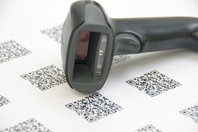 Dyrektywa określa, że na każdym pojedynczym opakowaniu lub butelce z lekiem muszą znajdować się dwie nowe cechy bezpieczeństwa - niepowtarzalny identyfikator i fizyczne urządzenie zapobiegające naruszeniu etykiety (fot. Shutterstock)