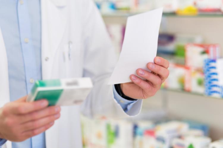Przepis mówiący w tytule zawodowym osoby wystawiającej receptę znajduje się w ustawie Prawo Farmaceutyczne i nie ulega zmianie (fot. Shutterstock)