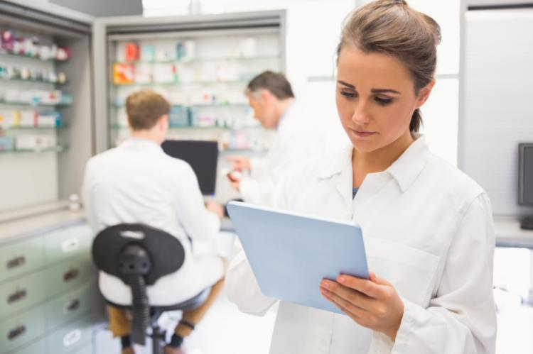 Ewa Steckiewicz-Bartnicka przyznała, że farmaceuci szpitalni nie mogą wyjść na ulicę i strajkować, bo jest ich najmniej. W służbie zdrowia stanowią oni 0,16 proc. całego personelu. (fot. Shutterstock)