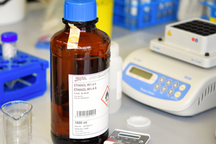 Zjawisko kontrakcji, czyli rozpuszczalność cieczy w cieczy (etanolu w wodzie) skutkuje zmniejszeniem objętości. (fot. Shutterstock)