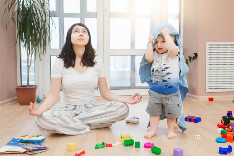 Życie zmienia się po porodzie. I często nie jest lekko, zwłaszcza ojcom, którzy muszą jakoś przeżyć te bliskie spotkania trzeciego stopnia (fot. Shutterstock)