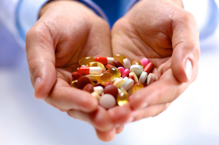 Osoby starsze, które zażywają wiele silnie działających leków, są co najmniej dwukrotnie bardziej narażone na upadek i złamania kości niż osoby nieprzyjmujące leków (fot. Shutterstock)