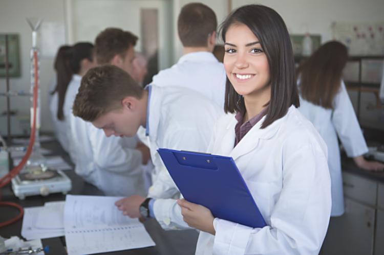 Stażysta w aptece ma prawa studenta, również w kwestii dni wolnych od nauki (fot. Shutterstock)