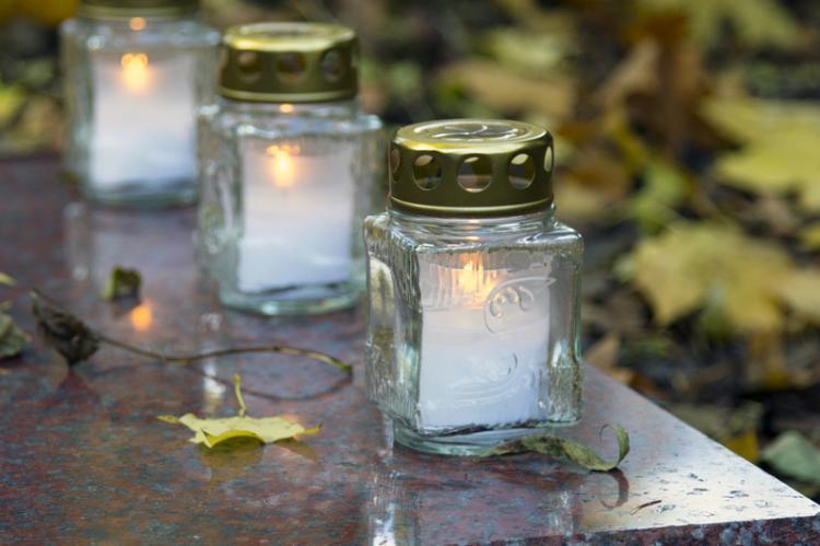 Pamięć o zmarłych to także świadectwo naszego człowieczeństwa, a człowiek żyje tak długo, jak długo trwa pamięć o nim (fot. Shutterstock)