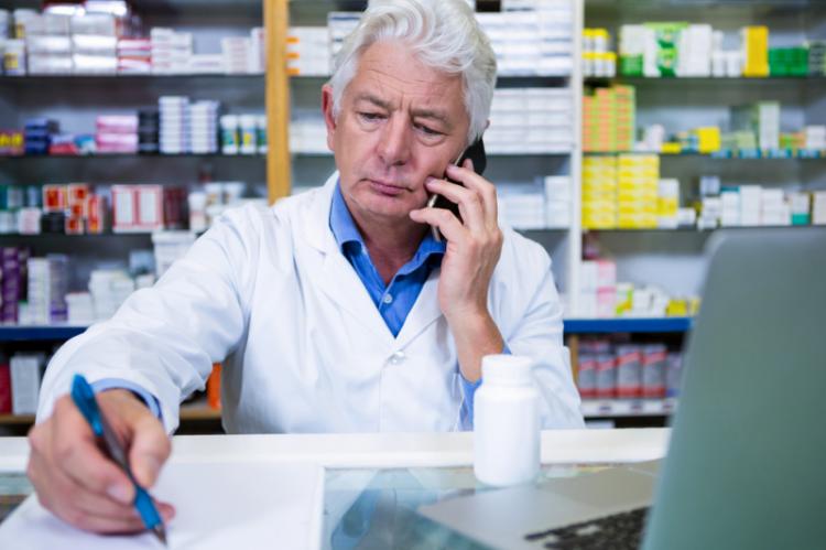 Nowy model opieki powinien umożliwić farmaceutom, posiadającym prawo do przepisywania recept, na rutynowe wykorzystywane swoich uprawnień i wiedzy, w kontaktach z pacjentami (fot. Shutterstock)