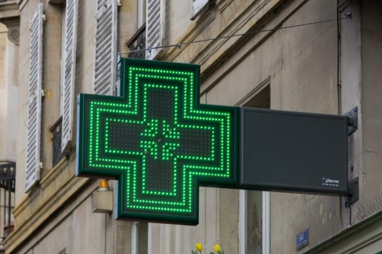 """Śląski Wojewódzki Inspektor Farmaceutyczny stanął jednak na stanowisku, iż treść banneru reklamuje działalność apteki, wskazując na korzystną - """"hitową"""" cenę przedstawionego na nim produktu (fot. Shutterstock)"""