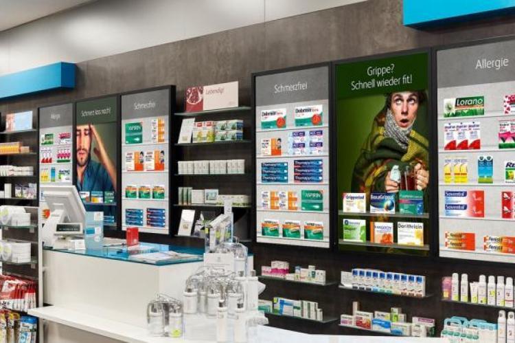 Już teraz w niektórych aptekach ekspozycję zastępują multimedialne ekrany, które pokazują pacjentowi asortyment apteki, pomagają aptekarzowi wytłumaczyć jak poprawnie korzystać z inhalatora czy obrazują, jak należy samodzielnie wykonać zastrzyk (fot. rowa.de)